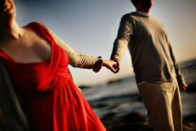 hand-holding-beach-engagement-photos