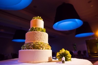 wedding-cake-with-chartreuse-orchids