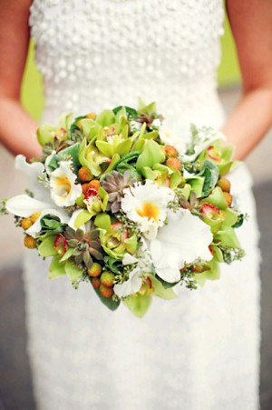 bride-bouquet-white-and-green-with-succulents