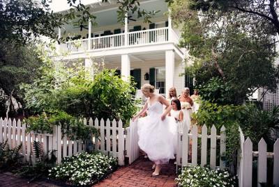 bride-bridesmaids-walking-to-wedding