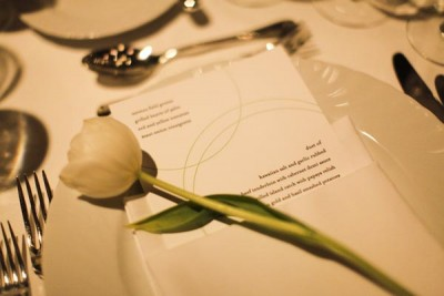 single-tulip-at-place-setting-menu-in-napkin-wedding