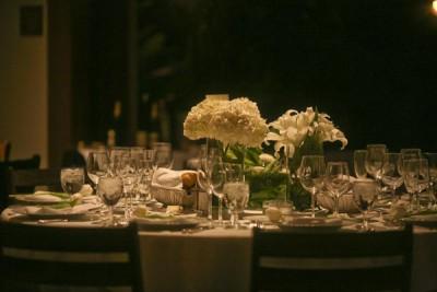 white-tablescape-wedding-cluster-centerpieces