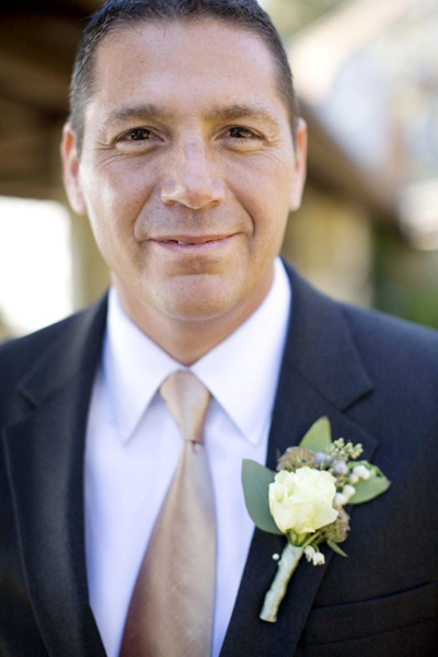 groom-champagne-tie-ivory-gray-green-boutonniere