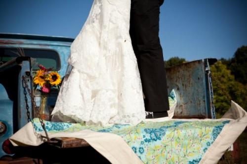 handmade-blanket-vintage-truck-wedding-photos