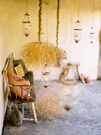 lanterns-tumbleweeds-wooden-bench-with-pillows