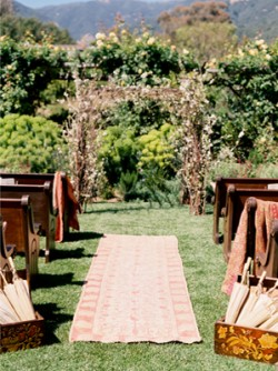 rug-aisle-runner-wood-benches-wedding-ceremony