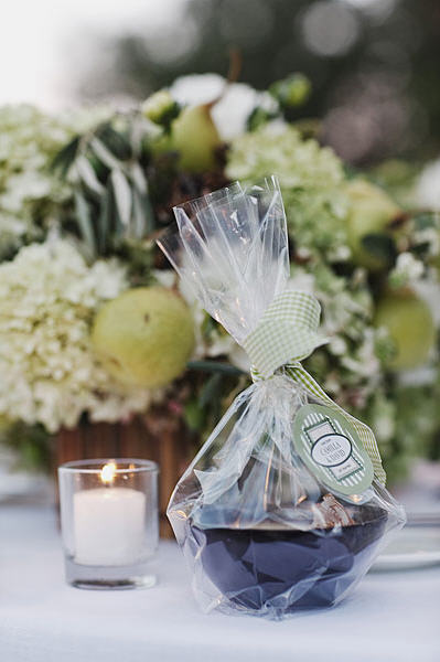 wedding-favors-tied-with-gingham-ribbon