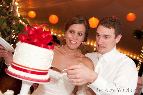 wedding cutting the cake