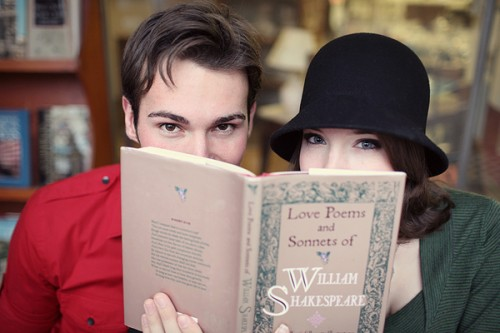 shakespeare-book-engagement-photos