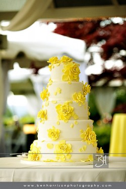 wedding-cake-with-yellow-roses-icing