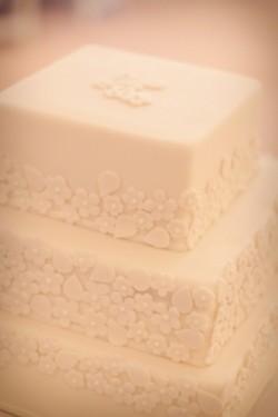 Fondant-Flowers-on-Wedding-Cake