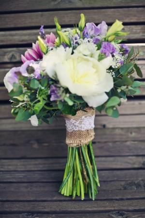bride_bouquet_wrapped_lace_burlap