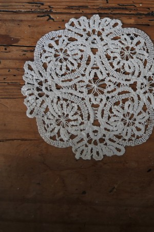 DIY-Doily-Necklace-Tutorial-01