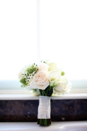Romantic-Peach-and-White-Bouquet
