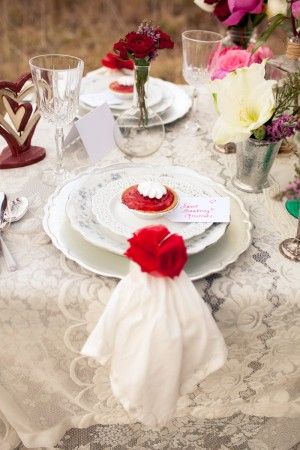 Vintage-Red-and-White-Place-Setting