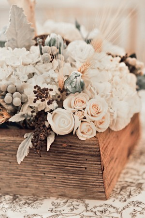 Rose-Dusty-Miller-Silver-Brunia-Wood-Centerpiece