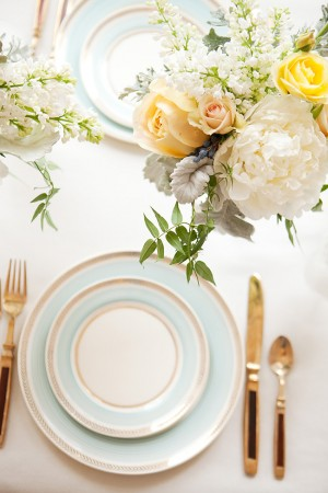 Elegant-Blue-and-White-China-Table-2