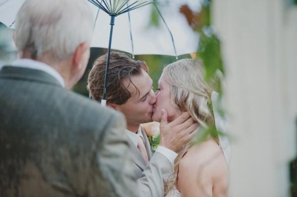 10-Rainy-Bride-and-Groom-Kiss