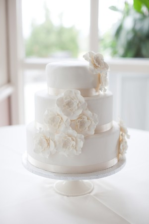 Beautiful-Classy-White-Floral-Wedding-Cake
