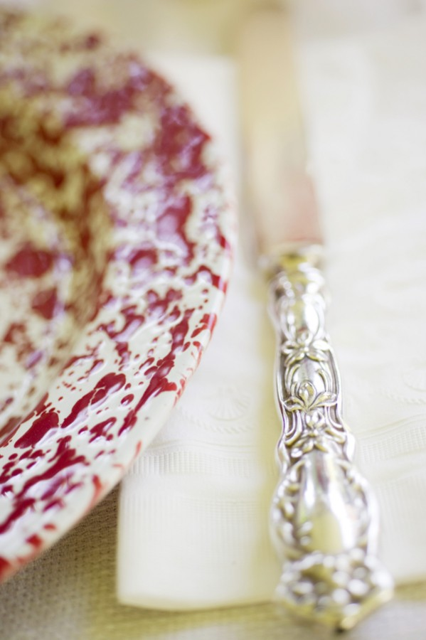 Red-and-White-Wedding-Tablescape-Chargers