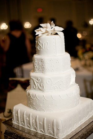 Clean-Elegant-White-Wedding-Cake