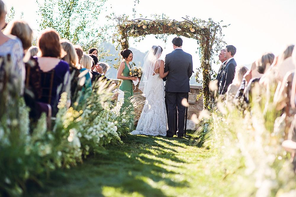 Outdoor Ceremony: Elegant Outdoor Wedding Ceremony Aisle