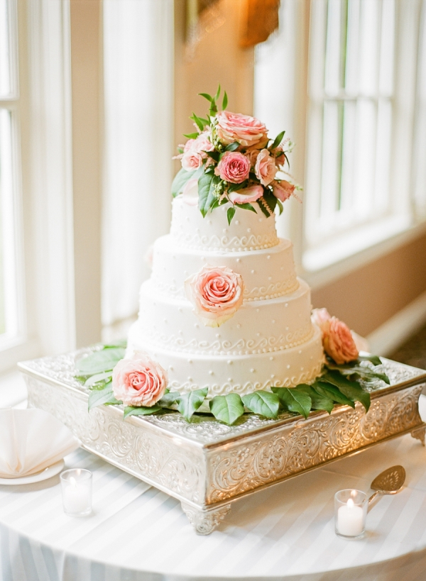 Round Wedding Cake With Roses