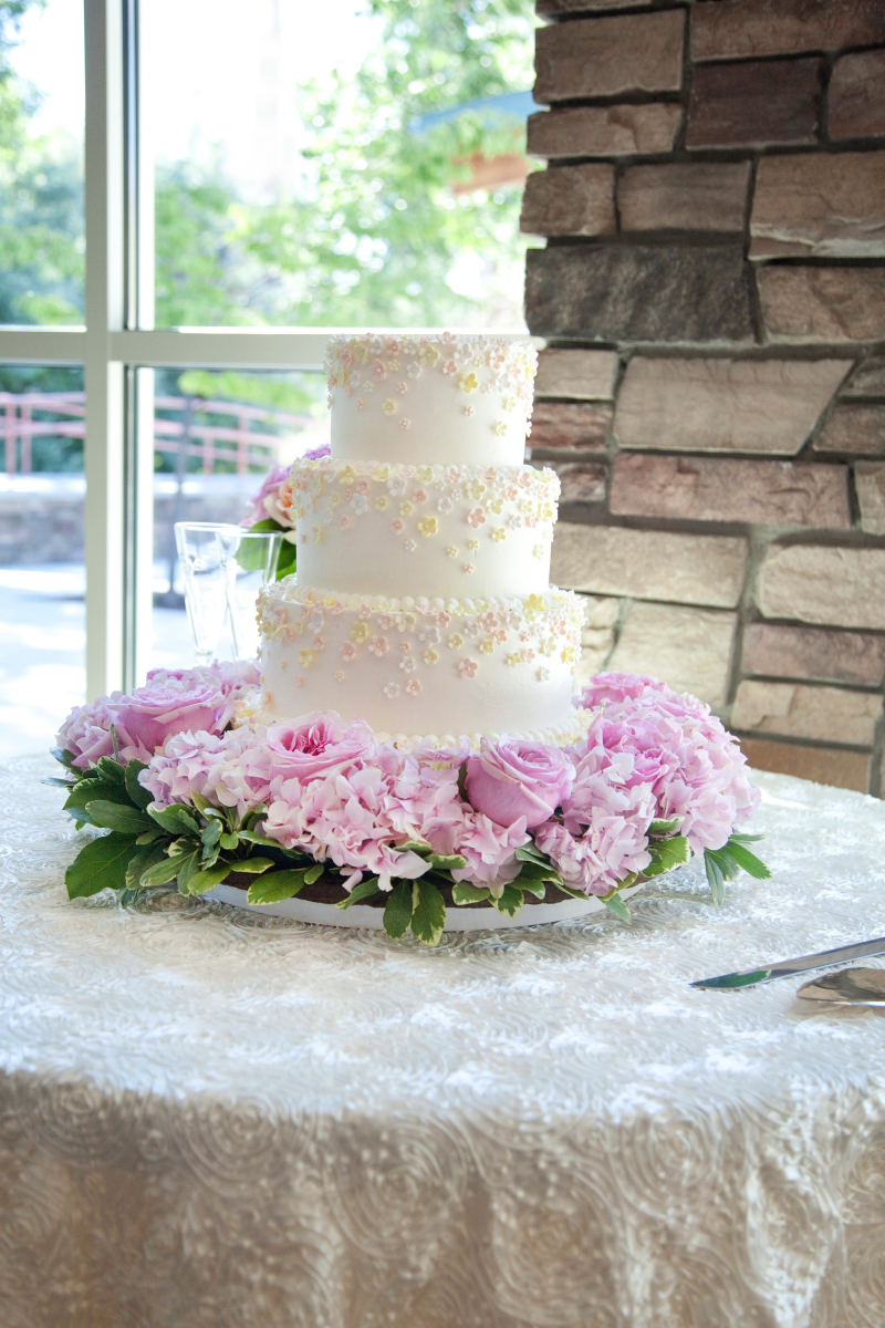 Classic wedding cake with pink flower garland elizabeth for Garden wedding cake designs
