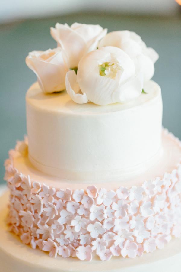 Ivory wedding cake with pink daisy sugar flowers elizabeth anne ivory wedding cake with pink daisy sugar flowers mightylinksfo