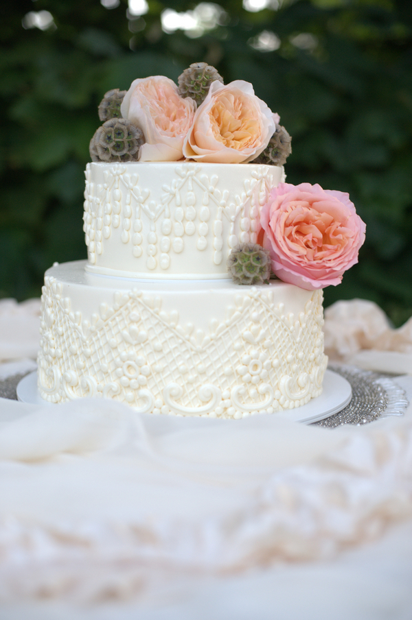 classic ivory wedding cake with fresh flowers elizabeth anne designs the wedding blog. Black Bedroom Furniture Sets. Home Design Ideas