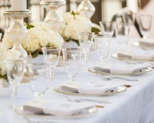 Elegant Cream and Gold Reception Table