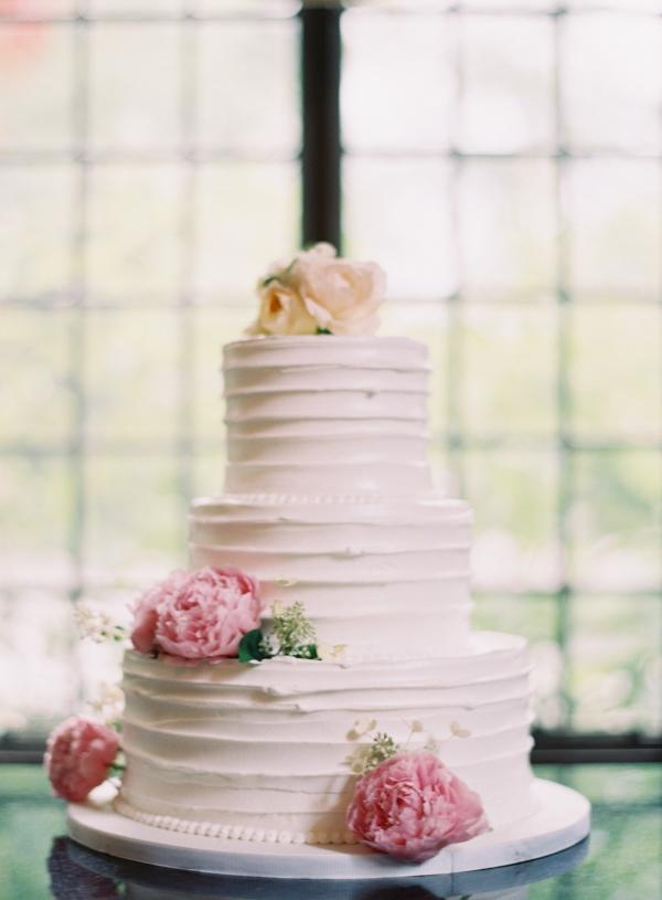 Classic Wedding Cake With Fresh Flowers1