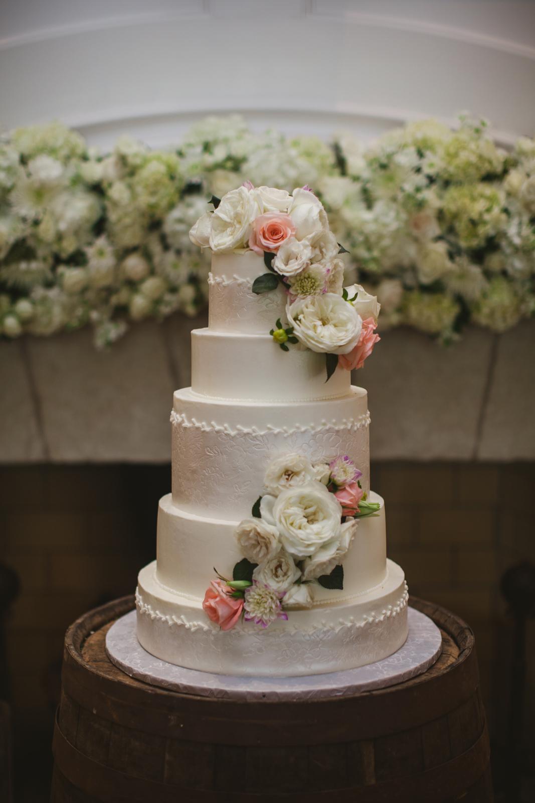 wedding cake with fresh flowers elizabeth anne designs the wedding blog. Black Bedroom Furniture Sets. Home Design Ideas